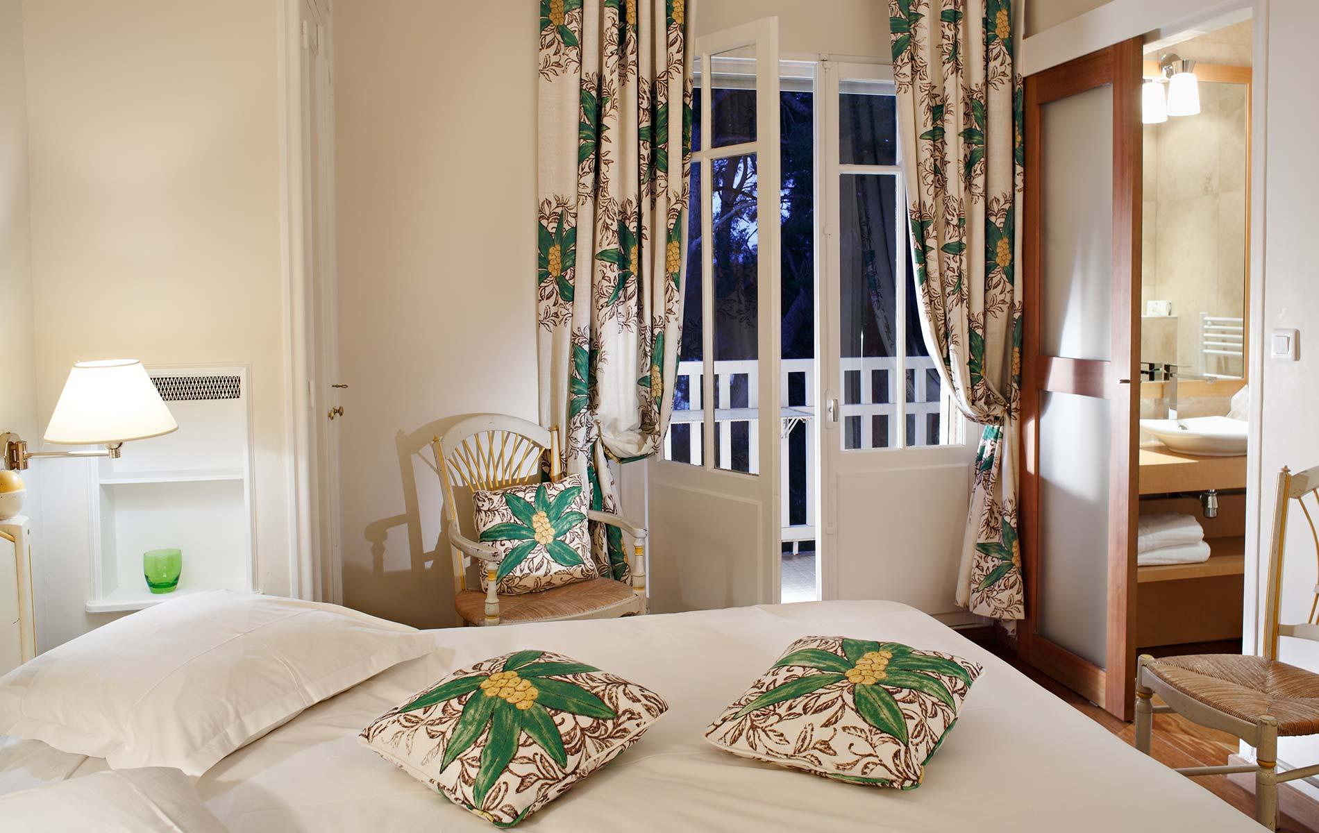 chambre standard grand hotel les lecques site officiel hotel cassis. Black Bedroom Furniture Sets. Home Design Ideas